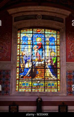BLOIS, Frankreich - ca. Juni 2014: Glasmalerei in der Kirche von Saint-Vincent-de-Paul in Blois, Frankreich - Stockfoto