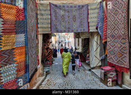 Geschäfte in den engen Gassen in der Altstadt (Medina) von Marrakesch, Marokko, Afrika - Stockfoto
