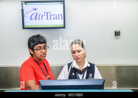 Miami Florida Miami Miami International Flughafen AirTran Ticket Counter Agent job Hispanic asiatische Frau Kundenservice - Stockfoto