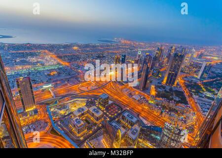 Luftaufnahme von Downtown Dubai am Sonnenuntergang - Stockfoto