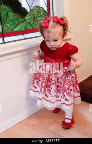 13 Monat alten Lily ihre Fähigkeit zu gehen - Stockfoto