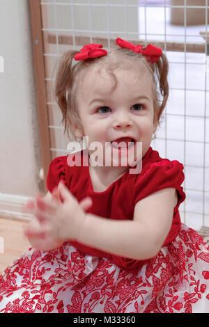 13-Monate altes Mädchen zeigen, wie sie ihr Hände klatschen können - Stockfoto
