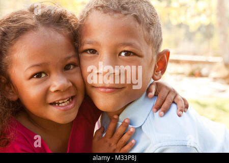 Mischlinge Bruder und Schwester lachte und umarmte. - Stockfoto