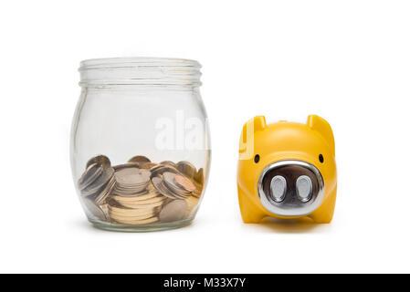 Münzen und Spardosen, wirtschaftliche Konzepte. Isoliert. - Stockfoto