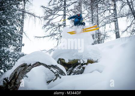 Freeride Skifahrer springt der Luft, Zauchensee, Alpen, Salzburg, Österreich - Stockfoto