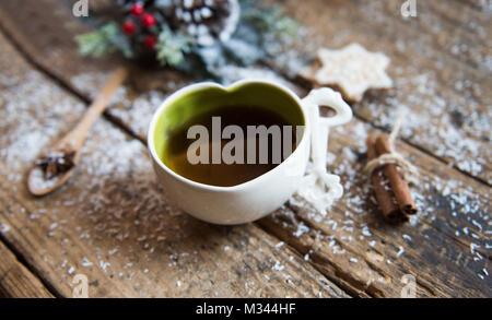 Eine Tasse Kaffee mit Zimt und Cookies - Stockfoto