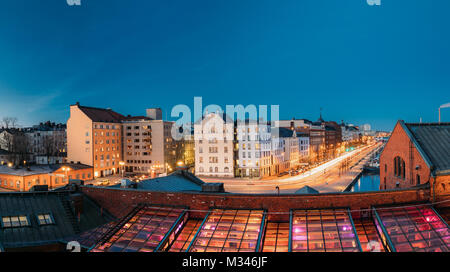 Helsinki, Finnland. Blick auf Pohjoisranta Street und renovierten alten Gebäude für Bankettsaal in Abend Illuminationen. - Stockfoto