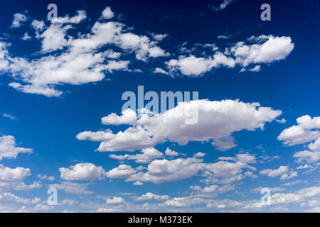 Horizontale Sicht auf blauen Himmel und weißen Wolken cumulus Hintergrund mit viel Platz kopieren - Stockfoto