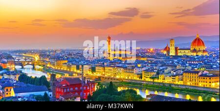 Blick auf das Stadtzentrum von Florenz bei Sonnenuntergang. - Stockfoto