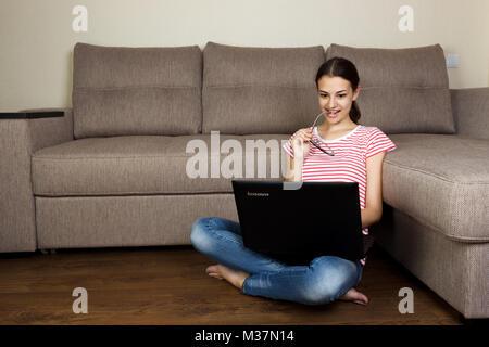 Pretty Woman Brille surfen und Buchung im Internet können Sie über Ihren Computer. Junge und schöne Mädchen schauen - Stockfoto