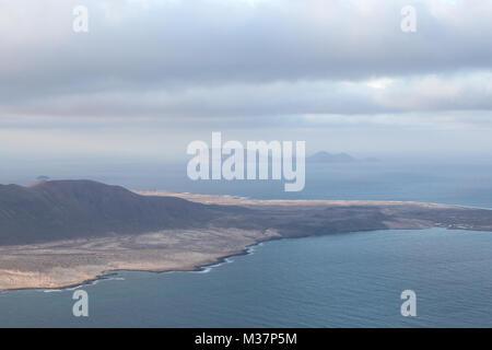 Mirador del Río, Lanzarote, Spanien: Blick auf das östliche Ende von La Graciosa vom Mirador del Río mit der Isla - Stockfoto