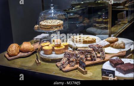 Verschiedene Kuchen und Gebäck in einem Shop. - Stockfoto