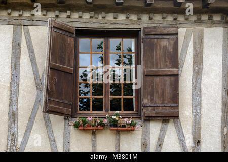 Fenster mit Fensterläden aus Holz auf einem alten Fachwerkhaus in Le Boulou (Pauillac), Gers (Gascogne), Occitanie - Stockfoto