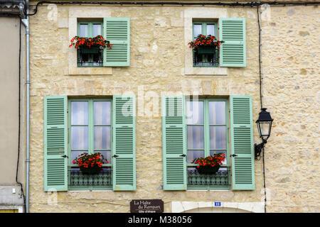 In der Nähe von Windows mit grünen Fensterläden aus Holz auf einem Gebäude in Montreal-du-Gers (Montreal du Gers), - Stockfoto