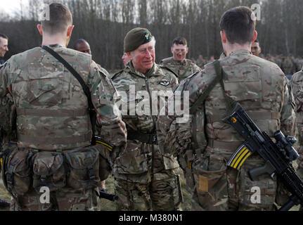 Der Prinz von Wales spricht mit Truppen während einer Übung während eines Besuchs in der ersten Bataillon der Mercian Regiment zu 10 Jahre als Oberst und 40 Jahre seit dem Werden Oberst-in-chief des Cheshire Regiment markieren.