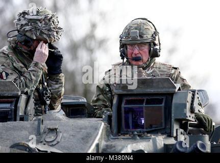 Der Prinz von Wales dauert eine Fahrt auf einem Krieger verfolgt gepanzerten Fahrzeug während einer Übung während eines Besuchs in der ersten Bataillon der Mercian Regiment zu 10 Jahre als Oberst und 40 Jahre seit dem Werden Oberst-in-chief des Cheshire Regiment markieren.