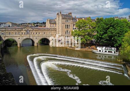 UK, Somerset, Badewanne, Pulteney Bridge & Fluss Avon - Stockfoto
