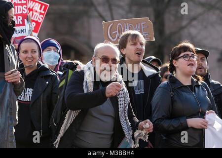 Seattle, Washington, USA. 10. Februar, 2018. Unterstützer Gesang während der Student-led gegen den Protest der Patriot - Stockfoto