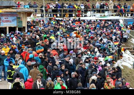 Viele Zuschauer, aber kein Wettkampf am Sonntag beim zweiten Weltcup-Skispringen in Titisee-Neustadt - Stockfoto