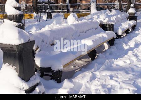 Parkbank mit Schnee im Winter morgens bedeckt. Hintergrund, Natur. - Stockfoto
