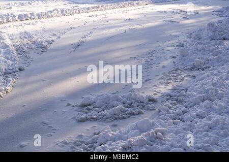 Die Schneedecke auf dem zugefrorenen See im Winter morgens. Hintergrund, Natur. - Stockfoto