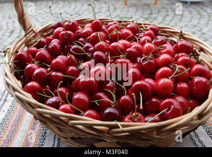 Kirschen. Kirsche. Bio Kirschen im Korb auf einem Bauernmarkt. Red Cherry Hintergrund. Frische Kirschen Textur. - Stockfoto