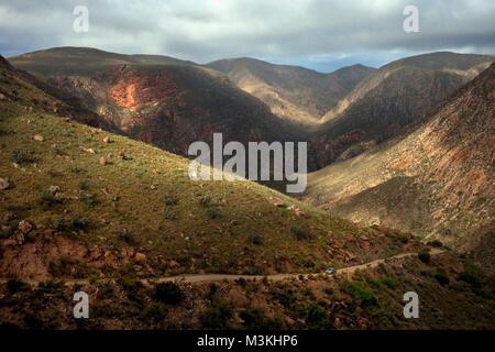 Südafrika, Western Cape, Prinz Albert, Swartberg Pass. Auto. - Stockfoto