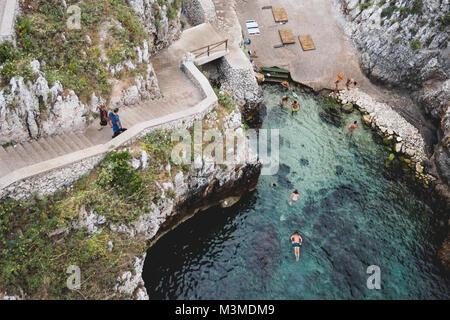 Gagliano del Capo (Italien), August 2017. Ansicht der Ciolo Fjord von der Straßenbrücke oberhalb. Querformat. - Stockfoto