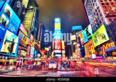 New York, Vereinigte Staaten - 14 April 2013: Time Square im Jahr 2015 getroffen - Stockfoto
