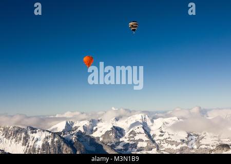 40Th International Hot Air Balloon Festival in Château-d'Oex - Ballone fliegen in den blauen Himmel über die Schweizer - Stockfoto