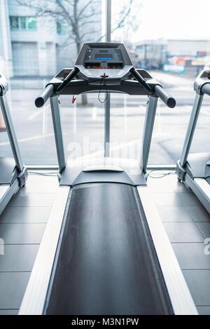 Laufband gegen grosse Fenster, Fitnessraum, niemand, Jogging Track, stationäre, Simulator, Sport im Fitness Club - Stockfoto