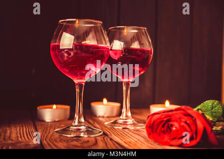 Valentinstag Hintergrund mit Wein, Kerzen - Stockfoto