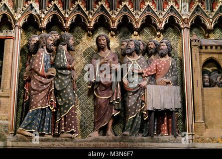 Eine Szene aus der Chorwand auf der Südseite des Altars in Notre Dame de Paris zeigt eine Schnitzerei Christi, die - Stockfoto