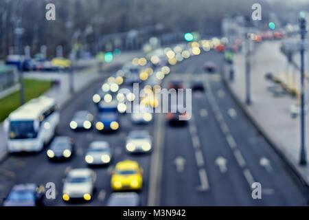 Auto, Stadt Straßenlaternen und Staus, Taxi. Abstrakte getönten verschwommenen hellen Hintergrund der städtischen Straße Abend Verkehr mit Bokeh leuchtet. Moderne Hintergrund