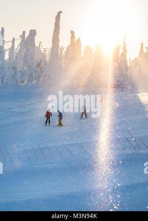 Skifahrer auf der Piste im Skigebiet Ruka in Finnland - Stockfoto