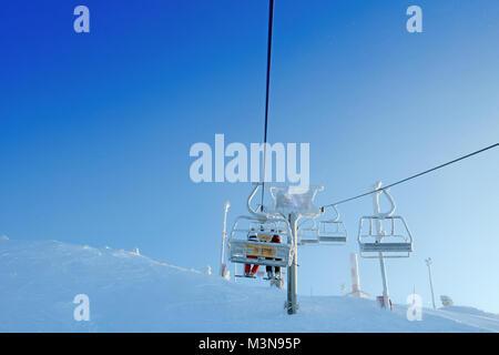 Sessellifte an der Skistation von Ruka in Finnland - Stockfoto