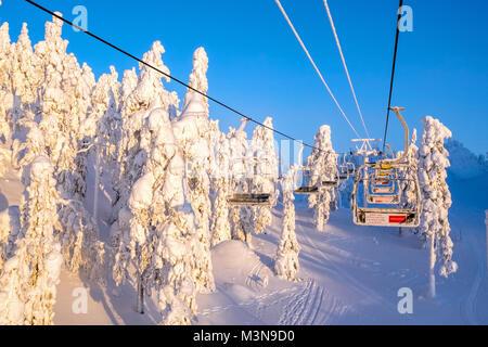 Sessellift an der Skistation von Ruka in Finnland - Stockfoto