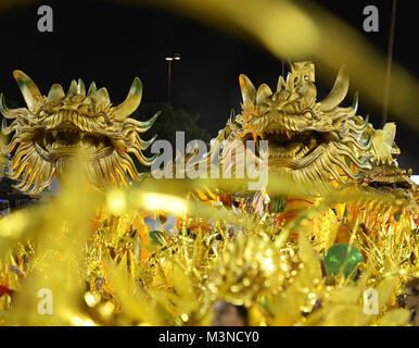Rio de Janeiro, 11. Februar 2018. Parade der Sambaschulen während der Karneval von Rio de Janeiro, der als der größte - Stockfoto