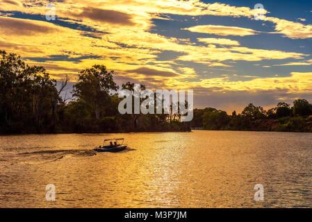 Sonnenuntergang über Murray River mit einem Boot in Mildura, Australien - Stockfoto