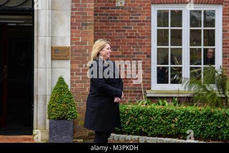 Belfast, UK. 12. Februar, 2018. Die Nordirland Staatssekretär Karen Bradley in Stormont House, Belfast vor der Ankunft - Stockfoto