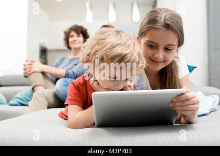 Kleine Kinder mit Tablet - Stockfoto