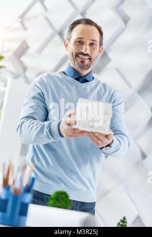 Freudige Architekt Holding ein Modell von einem Haus - Stockfoto