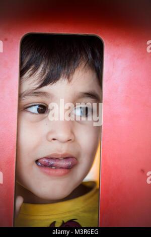 Brünette Junge Witzige Gesichter In Einem Outdoor Park Stockfoto