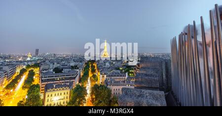 Touristen auf der Oberseite des Arc de Triomphe, Eiffelturm Fotografieren in der Dämmerung - Stockfoto