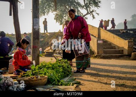 Mädchen verkaufen Gemüse am Markt in Loikaw Myanmar - Stockfoto