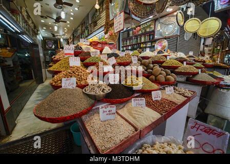 Schalenfrüchte und getrocknete Früchte für den Verkauf in der khari Baoli Spice Market, Old Delhi, Indien - Stockfoto