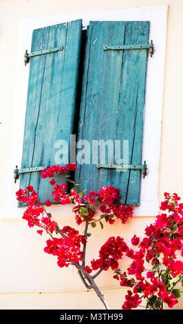 Blaue Fensterläden aus Holz in Paxos, Griechenland - Stockfoto