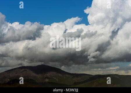 Luftaufnahme von Monte Serra mit einem Hut von Wolken, Pisa, Toskana, Italien - Stockfoto