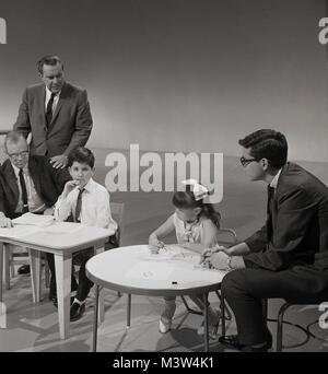 1960, historische, Bild zeigt ein junges Mädchen und Jungen an kleinen Tischen im TV-Studio an der TV-Show mit America's - Stockfoto