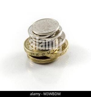 Ein Pfund Sterling Münzen isoliert auf Weiss - Geld Konzept - Stockfoto